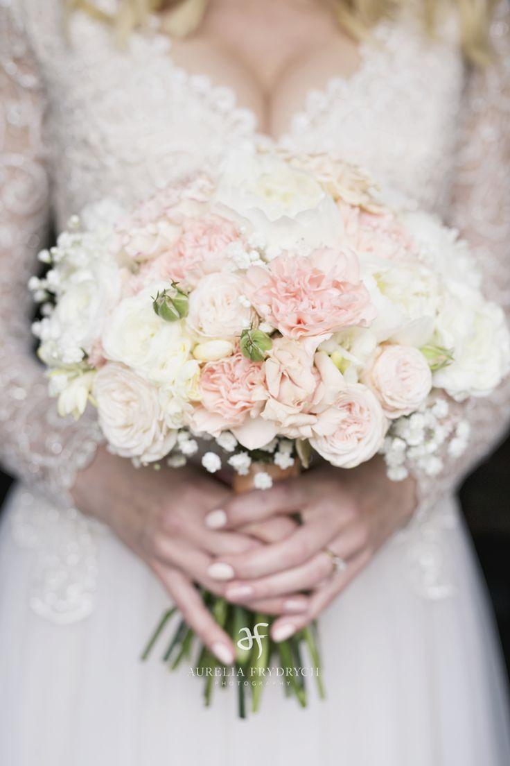 INNA Studio_ white and pink bridal bouquet / bukiet ślubny jasny / kula / fot. Aurelia Frydrych Fotografia
