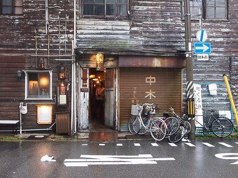 今日の関西は台風のせいで朝からずっと雨…。予定していた場所に行けなくなったので、のんびりできる場所を探して大阪にやってきた。  とりあえず腹ごなしに前々から気になっていたカフェへ。  オシャレやん。  オシャレすだれやん。  でも、ワシにはオシャレ過ぎるかな。  雨の中崎町をブラブラ。風が強く、傘がブッ飛ばされそう…。街歩きはそこそこにして、のんびりできるカフェに早く入らなきゃな…。  で、やってきたのはアラビク。カフェでもあり、古書店でもあり、ギャラリーでもある不思議な空間。  イイんじゃねーか!  カフェスペースの周囲は本だらけ。  本棚に並ぶ本はすべて売り物。カフェのお客さんは手に取って読んでいいみたい。でも、汚さないように大事に扱うんだぞ!  絶妙な音量で読書の邪魔にならない音楽が流れ、すわり心地のいいソファーもあり、美味しいコーヒーとケーキも食べれられる。2杯目以降の飲み物は割引きして出してくれるし、読書をする人には素晴らしい環境だよ、ココ。  持ち込んだ本をじっくりと読みふけり、気が付けばこんな時間になっちゃった。台風はいつの間にか中部地方に行ってしまったらしい。…