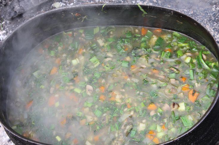 middelalder suppe lavet over bål i gammel tre benet jerngryde. Opskrift følger: