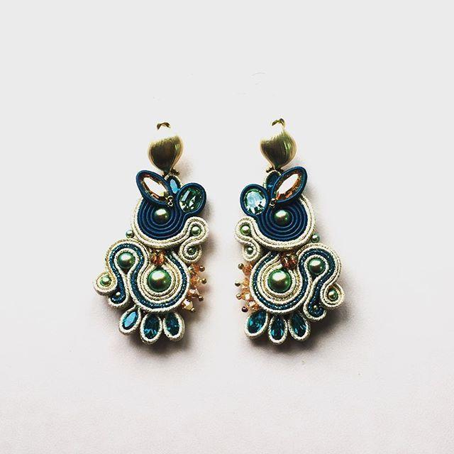 #soutache #soutacheearrings #statementjewelry #statementearring #earrings #swarovski #swarovskicrystals #handmade #madeinromania #anasasjewelry #cercei #orecchini #fattoamano #handmadejewelry #bigearrings