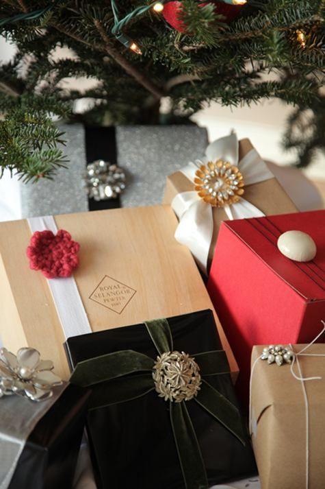 Gorgeous Gift Wrap...Gift Wrapping, Vintage Pin, Diy Gift, Christmas, Gift Wraps, Vintage Brooches, Wraps Gift, Handmade Gift, Wraps Ideas
