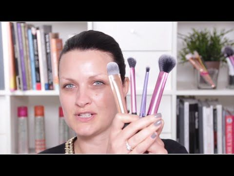 Real Techniques introduces the Deluxe Gift Set, which includes 5 Real Techniques makeup brushes for face, eyes, and lips. These high-shine, synthetic brushes can be used worry-free for liquids, creams, and powders alike, and can be stylishly stored in the white or metallic makeup clutch included in the set.