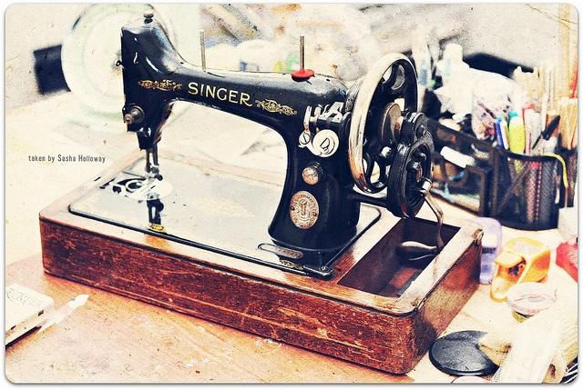 yep it's all mine. I love it. 1930's.: Photos, Vintage Pretty, 1930S, Love It, Just Love, Vintage Pretties, Sewing Machine