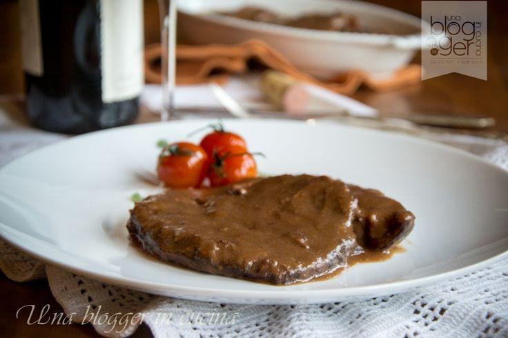 Brasato al Barolo, un piatto della tradizione piemontese, preparato secondo la ricetta originale con un tocco in più alla fine. Ottimo arrosto domenicale.