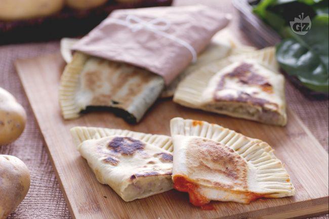 Il crescione è lo street food romagnolo per eccellenza insieme alla piadina: un impasto morbido che racchiude tanti gustosi ripieni!