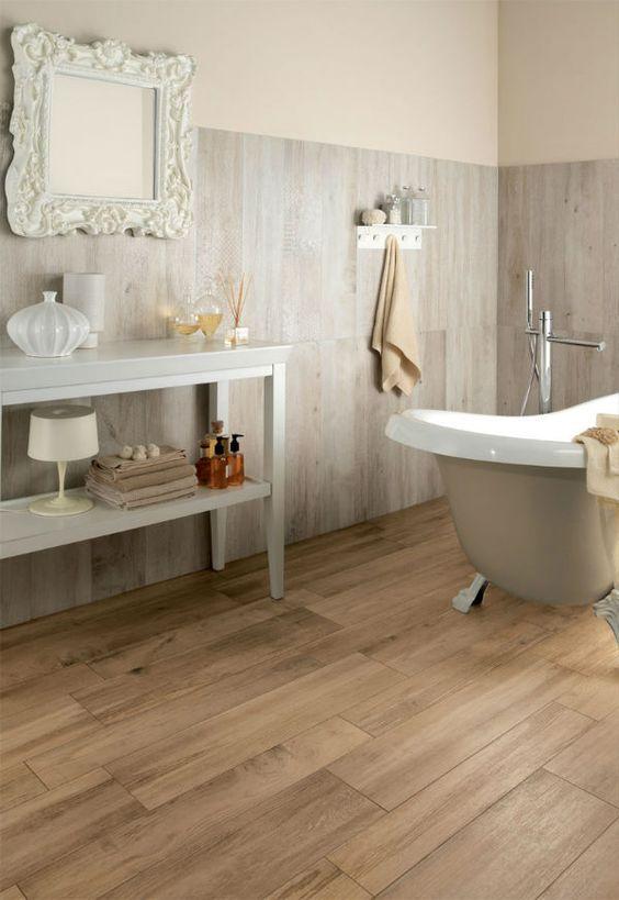 Combinar dos tipos de madera en suelo y paredes puede dar lugar a grandes resultados #MaderaEnElBaño