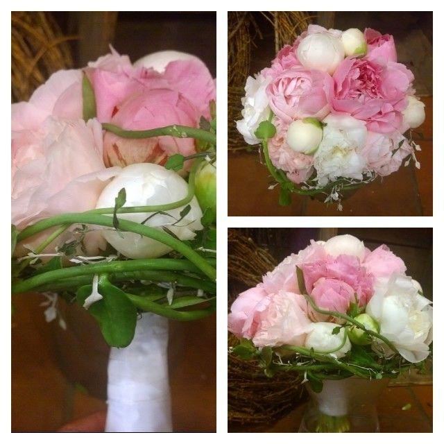 """5 likerklikk, 1 kommentarer – Botanica Blomster (@botanicablomster) på Instagram: """"Helgens brud.  #peon #corocia #ceropegia #brud #brudebukett #bryllup #wedding #bridalbouquet"""""""
