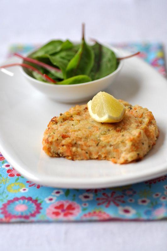 Salé - Galettes saumon & pommes de terre. Ingrédients : 4 pavés de saumon (500 g)-600 g de pommes de terre à chair farineuse-zeste d'un citron-4 càs de jus de citron-ciboulette-2 oeufs-8 càs de farine-20 g de beurre-Sel fin + gros sel. Recette sur le site.