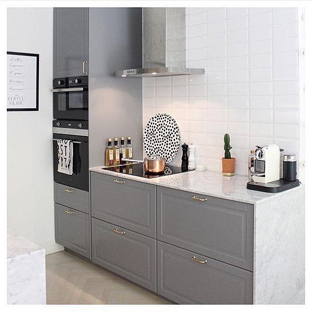 Gråa köksluckor med mässingsbeslag tillsammans med en bänkskiva i marmor. Ett vinnande koncept jag tror jag kommer ha svårt att tröttna på! Här hemma hos finaste @emmamelins som använt sig av #nyahemmet