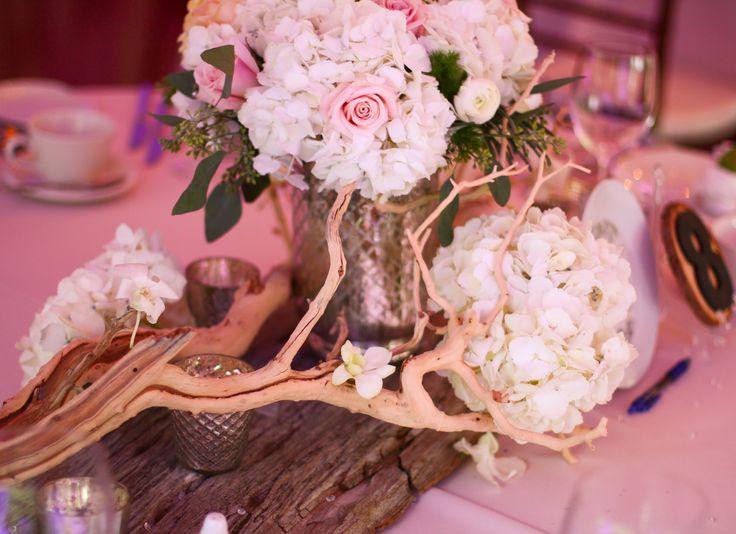 A centrepiece using hydreangas and distressed wood.  Un centre de table avec hydrangés et bois agé.