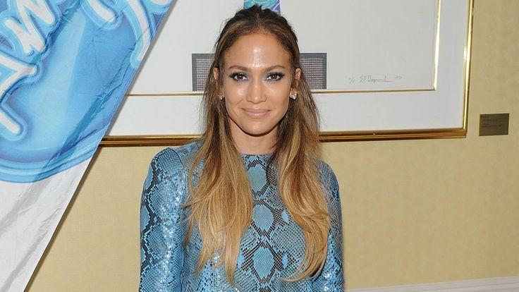 Falsche Schlangen! Popstar Jennifer Lopez mag es gern bunt und selbst die spanische Königin Letizia kann dem Ruf der Wildnis dieses Jahr nicht widerstehen. Schlangen-Prints sind 2015 sogar hoffähig.