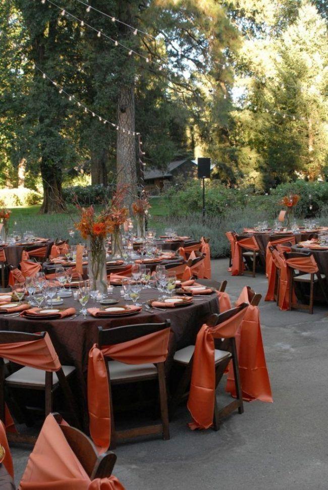 herbst-hochzeitsdeko-draussen-empfang-runde-tische-braun-orange