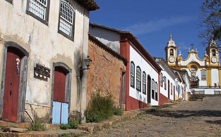 Município de Tiradentes, que leva o nome do mártir, foi fundado por volta de 1702, quando os paulistas descobriram ouro nas encostas da Serra de São José, dando origem ao arraial Santo Antônio do Rio das Mortes. Em 1718, foi elevado à vila, passando em 1860 à categoria de cidade. Durante o século XVIII, viveu da exploração de ouro