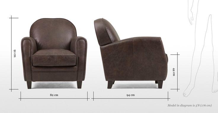 De Jeffrey fauteuil in zadelbruin is bekleed met handbewerkt Italiaans leer van topkwaliteit in de stijl van een herenclub, voor een rijkelijke, mannelijke look.