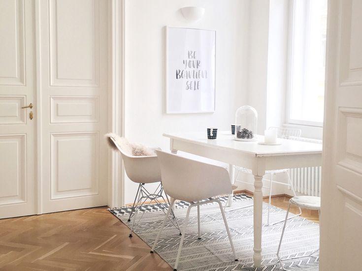 Februar-Inspiration: Wohnen in Weiß | Foto: Mitglied traumzuhause #allwhite #esszimmer #diningroom #altbau #eames #armchair #poster #white #scandi #scandinavian #interior