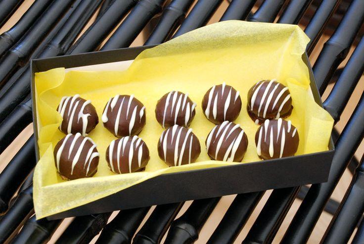 Friske chokoladetrøfler med hvid chokolade og citron. Lækker chokolade til påske eller jul.