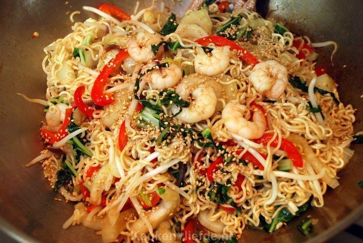 Woknoedels met paksoi en garnalen recept