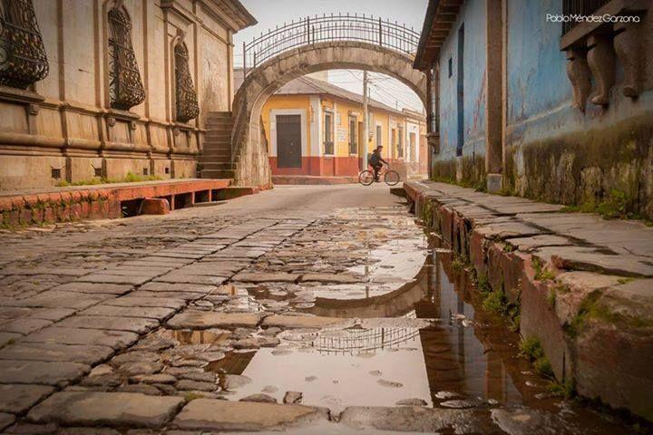 El Puente de Piedra y las calles de la cuidad de Quetzaltenango - foto por Pablo Méndez Garzona Photography & Design