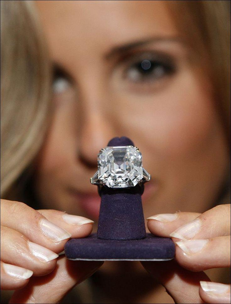 Diamond Rings : big big bigA woman displays The Elizabeth Taylor Diamond a 33.19 carat rin
