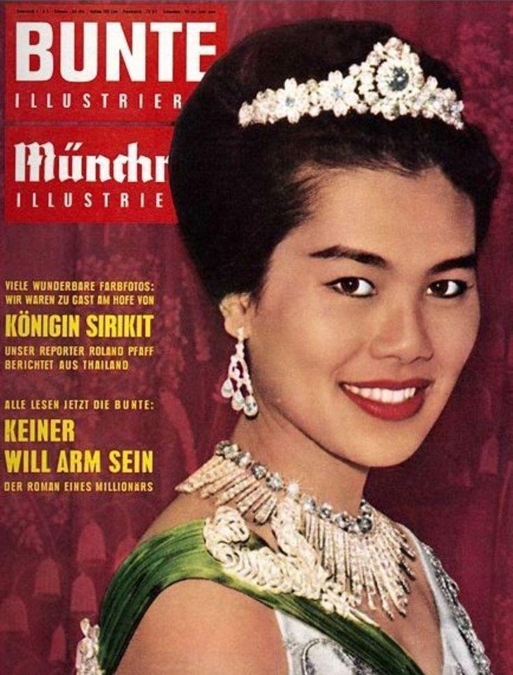 "Queen of Thailand : Her Majesty Queen Sirikit (RAMA IX) สมเด็จพระนางเจ้าสิริกิติ์ พระบรมราชินีนาถ ภาพจากปกนิตยสาร เยอรมัน BUNTE  ILLUSTRIERTE Münchner  Nr.10 von 1961 ; ๒๕๐๔  ""KONIGIN SIRIKIT"" คราวเสด็จฯ งาน gala concert ใน Kurhaus ที่กรุง Hague โดยทรงเป็นพระราชอาคันตุกะของพระราชินี Juliana และเจ้าชาย Bernhard ระหว่างเสด็จฯ เยือนเนเธอร์แลนด์ วันที่ ๒๔-๒๗ ตุลาคม ๒๕๐๓"