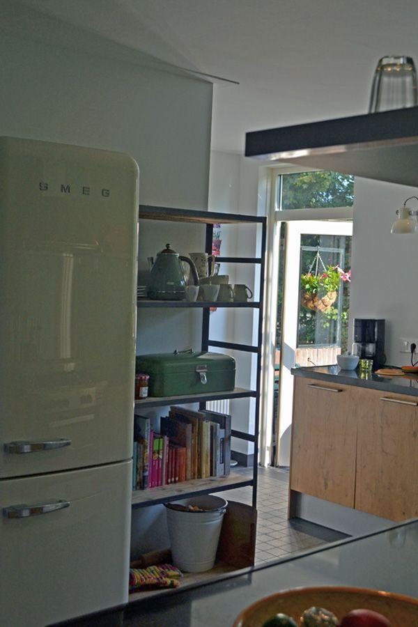 Ontwerp binnenkijken interieuradvies retro blauw groen keuken winckelmans tegels - Koelkast groen ...