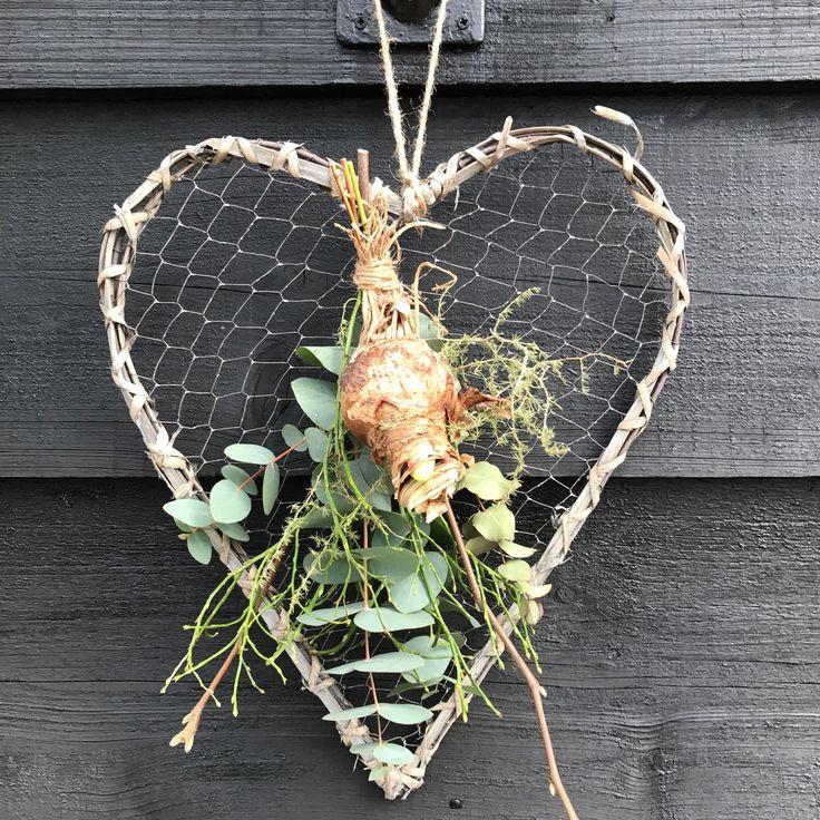Hart van gaas en riet opgemaakt met amaryllis bol, eucalyptus, bosbes ed te verkrijgen op CreAnoeska.nl
