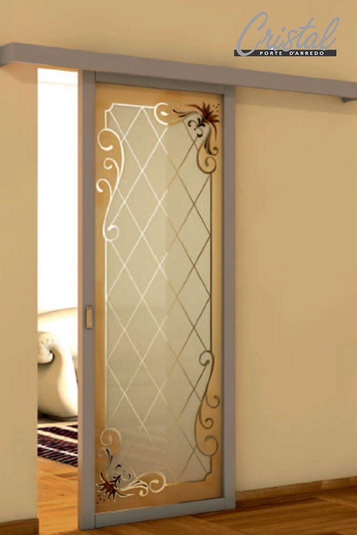 Bluma anta singola di Cristal: porta scorrevole esterno muro in vetro con decoro lido sabbia a doppia intensità e dettagli trasparenti e dipinti a mano.