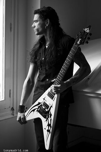Leo Jiménez (17 August 1979), Spanish singer and guitarist.