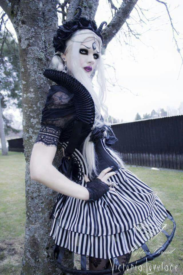 gothic-pussy-lick