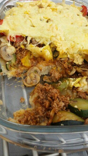 Taco ovenschotel  Op de bodem aardappelpuree, gevolgd door gehakt met taco kruiden, daarop gebraden groenten (paprika,courgette,champignons), taco schelpen eroverheen verkruimelen en afsluiten met geraspte kaas. Dit alles 20 min op 200 graden in de oven. Smakelijk!