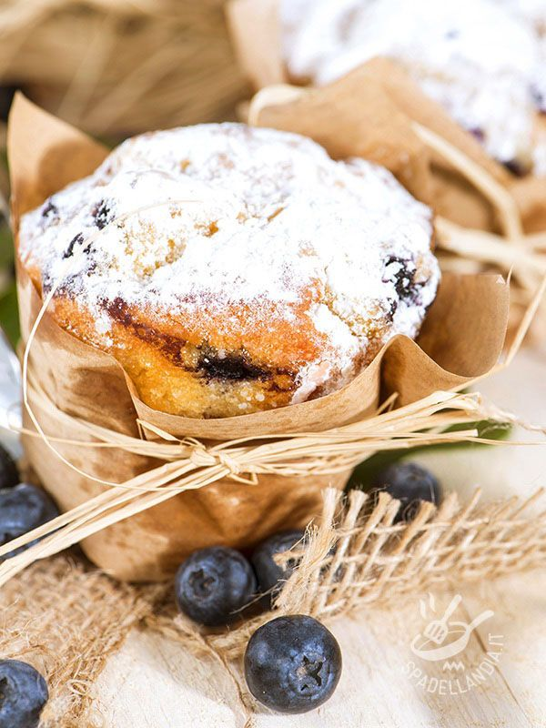 Per merenda o per un dopocena, i Muffins ai mirtilli sono golosissimi. Semplici e genuini, non hanno nulla da invidiare ai dessert di pasticceria!
