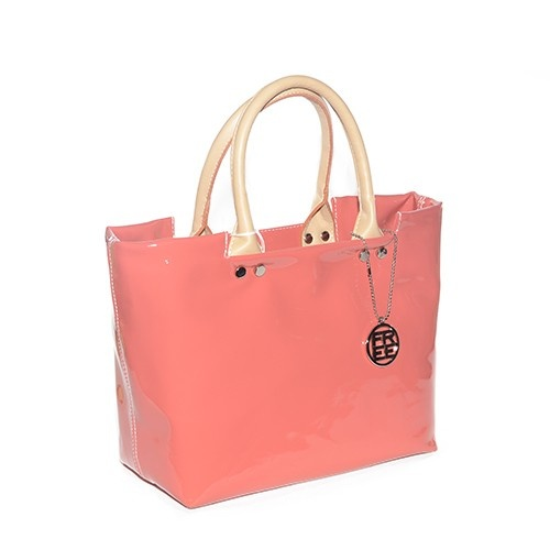 Borsa in vernice color salmone con doppio manico in ecopelle beige.