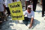 Marak gula impor saat panen raya pemerintah dinilai sadis terhadap petani  JAKARTA (Arrahmah.com)  Maraknya gula impor membuat petani tebu tercekik dan menjerit. Ribuan petani yang berasal dari berbagai daerah pun turun ke jalan memprotes kebijakan impor gula yang tiada henti.  Ribuan petani petani menggelar unjuk rasa di depan Istana Negara Jakarta Senin (28/8/2017).  Sekjen Dewan Pimpinan Nasional APTRI Amnur Rasyid mendesak Menteri Perdagangan Enggartiasto Lukito untuk menutup keran impor…