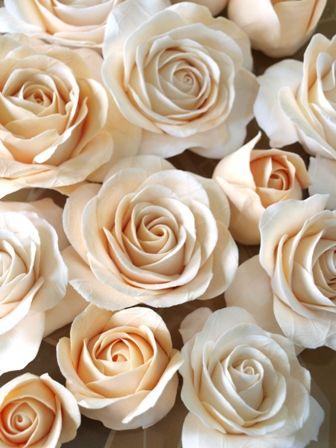 花弁一枚から作ります。 同じ花は作れない・・・そこが 手作りの良さ Clay Art *ケーキ型リングピロー Clay Art Wedding http://clayartwedding.net/  *ウェディングデコレーション そとぼうラスティックWEDDING WeddingFactory http://www.weddingpartyfactory.com/