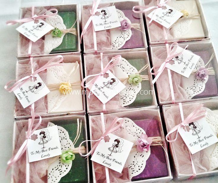Doğal sabun keseleri, sabun şişesi, kokulu taşlar...  Düğün, nişan, kına ve babyshower partileriniz için özel tasarımlar.  Sipariş için info@macarondesign.com  www.macarondesign.com