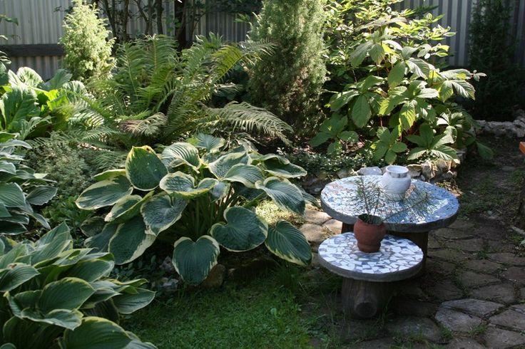 Мозаичные столы. Сад Евгении Леоновой