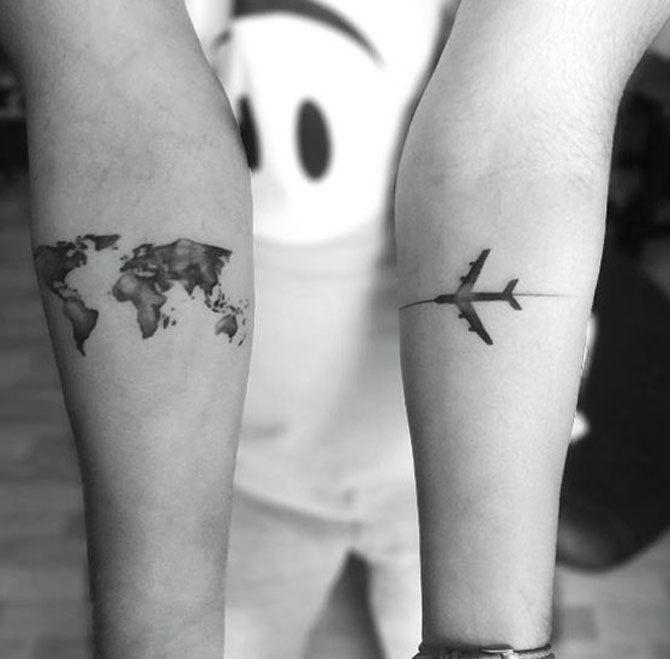 Tatuaggi a tema viaggio: aeroplano e cartina del mondo
