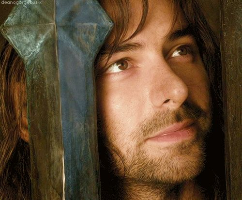 Kili gazes adoringly at Tauriel (Aidan Turner in The Hobbit: Desolation of Smaug)