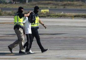 25-Aug-2015 10:52 - 14 IS-RONSELAARS OPGEPAKT IN SPANJE EN MAROKKO. Spanje en Marokko hebben 14 mensen opgepakt die ervan worden verdacht mensen te ronselen voor Islamitische Staat. De verdachten werden opgepakt in buitenwijken van Madrid en in Fez, Casablanca, Nador, Al Hoceima en Driouech in Marokko. De arrestanten maken volgens de politie deel uit van een netwerk dat buitenlandse strijders ronselt om te vechten voor IS in Syrië en Irak. Spanje en andere landen in Europa en...