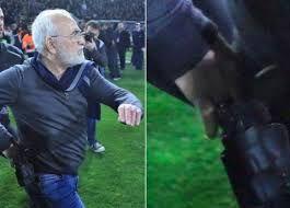 Follia: presidente entra in campo con la pistola e minaccia di morte l'arbitro! E il presidente entra in campo con la pistola. Ed ecco il calcio, quello bello. Quello del fair play. Quello che se ti annullano un gol al 90° in un derby, tu presidente entri in campo e minacci l'arbitro con una pistola. Niente gol, niente vittoria e niente sorpasso in classifica, ma probabilmente #paok #ivansavvidis