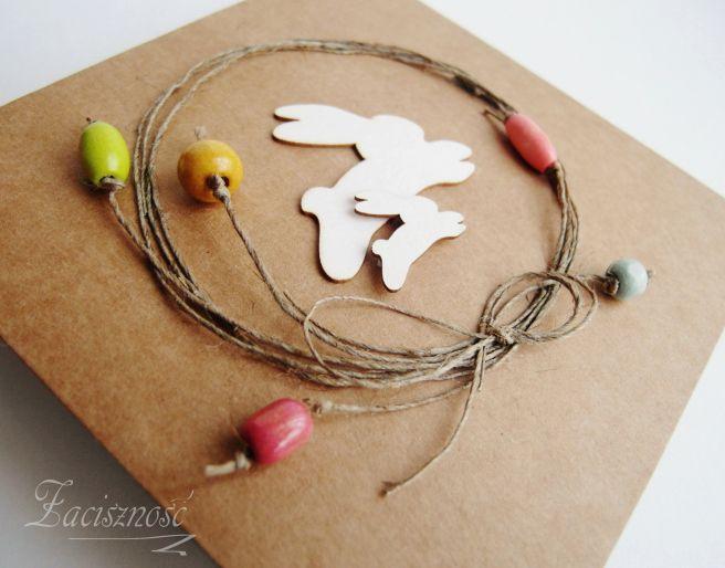 Ręcznie robiona kartka wielkanocna z zajączkami i drewnianymi koralikami/ #handmadecard #bunnies #easter