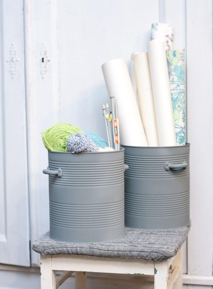 Maak van een groot conservenblik een stoer opberg item. Bespuit het blik met grijze verf voor een industriële uitstraling. Vraag of een horeca ondernemer zo een (augurken)blik voor je heeft of wilt bewaren.