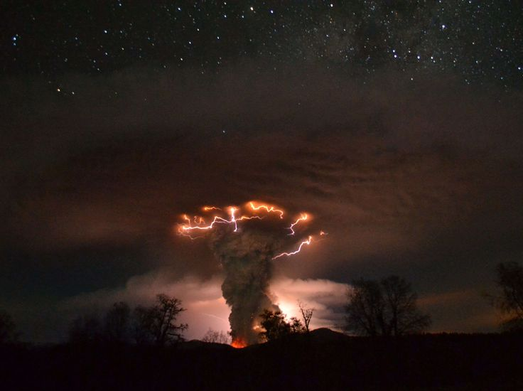 Orage volcanique Cette scène n'est pas tirée d'un film de science-fiction.  Elle a été photographiée par Ricardo A. Mohr Rioseco en juin 2011 dans le secteur du Puyehue et du Cordón Caulle, deux volcans du Chili situés dans les Andes.  (Ricardo A. Mohr Rioseco/Rex Features/Sipa)