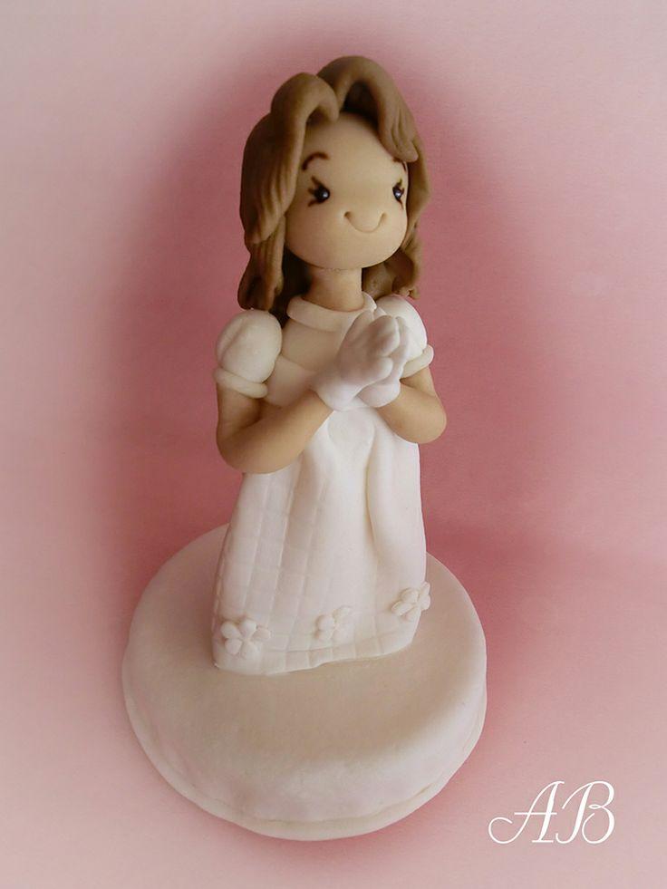 Figurita decorativa en fondant para tortas de primera comunión.