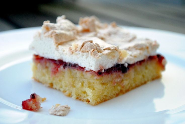 """""""Bedstefars skæg"""" - Grandfather's beard - is an old acquaintance of cake table. It consists of a lovely cake bottom, jam and a crisp but soft meringue and crunchy sugar."""