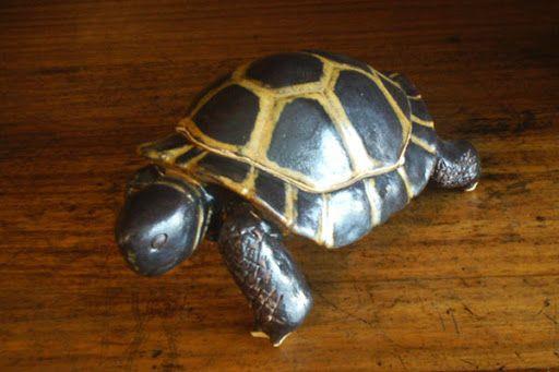 Jeo: Tortugas en arcilla gres, esmaltado.