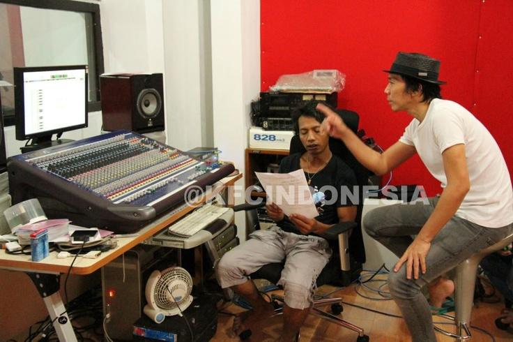 Bimbim Slank mencoba mengoreksi hasil rekaman untuk KFC Adu Bintang