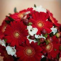 Букет невесты в красных тонах из гербер