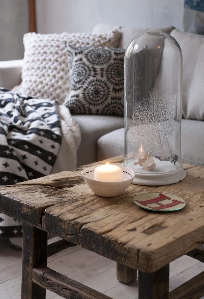 MYKE ELEMENTER. Treverk i ulike former er blikkfangog gir varme til interiøret. Det gamle bordet er fraMilla Boutique, mens interiørdetaljene er fra Bolina.