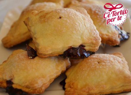 Pochissimi ingredienti possono dar vita a dei dolcetti gustosissimi. Ecco queste squisite Sfogliette dolci, veloci e facili da preparare.